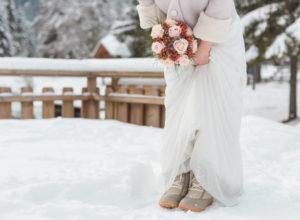 Des bottes de neige sous la robe de mousseline de soie