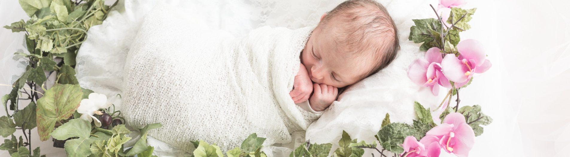 La petite Valentina est endormie dans son petit nid de printemps