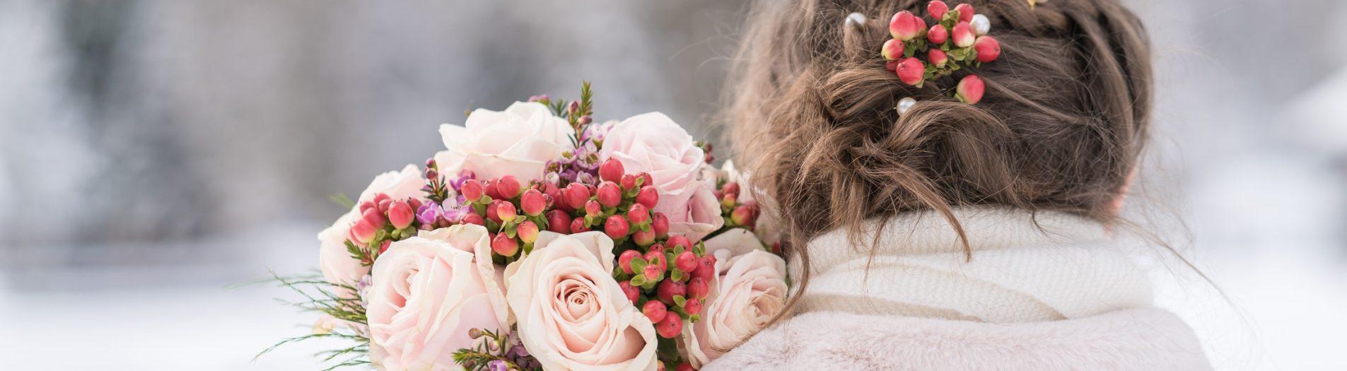 photo de la mariée dans la neige avec son joli bouquet