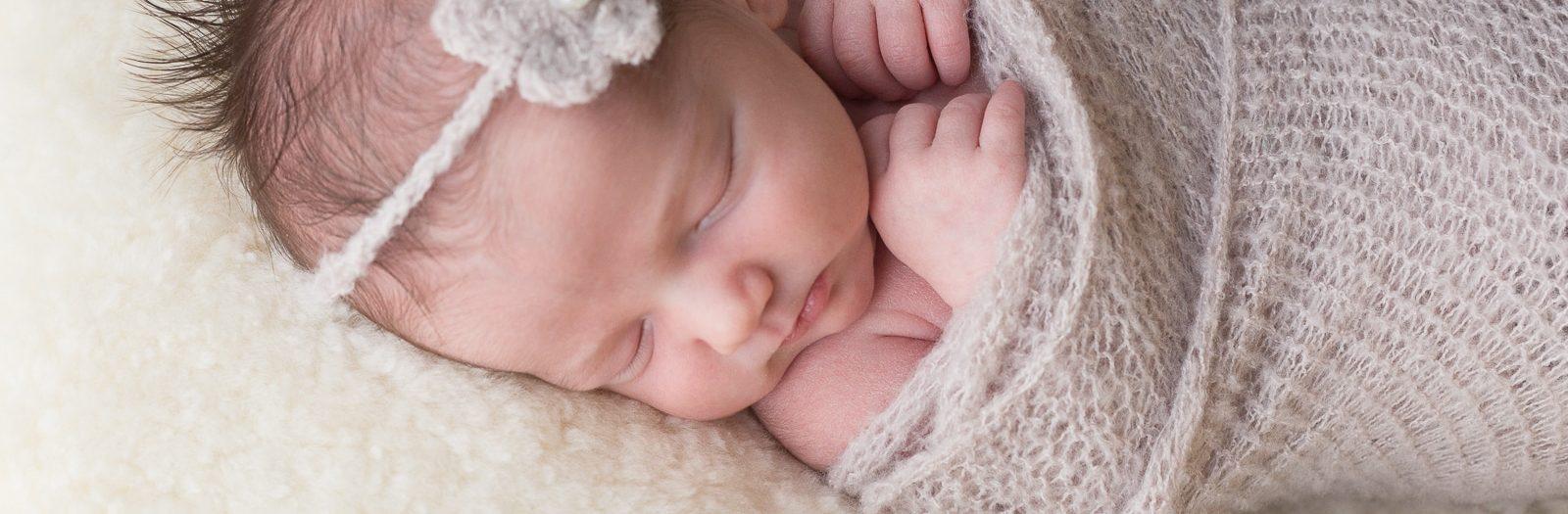 photo d'un bebe nouveau-ne emmaillotte